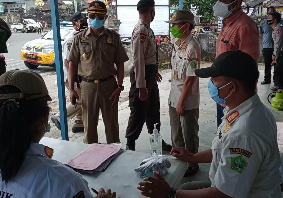 TIM gabungan menjaring puluhan warga dalam Operasi Gakkum Perbup Tabanan tentang pendisiplinan masyarakat terhadap protokol kesehatan, Senin (28/9/2020). Foto: ist