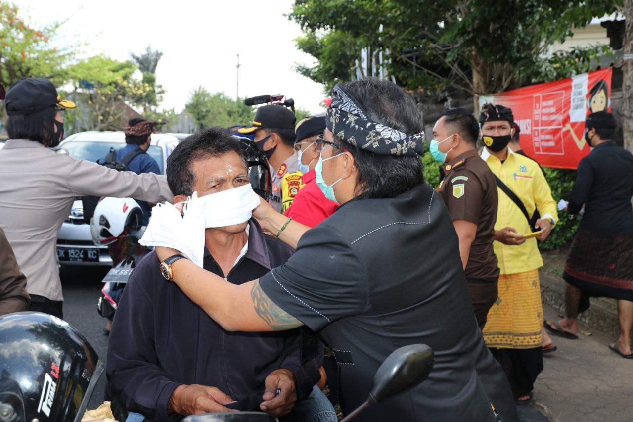 Foto : Giri Prasta bagikan masker GIRI Prasta saat membagikan masker yang kepada pengendara dalam kegiatan bagi-bagi masker yang digelar Polres Badung. Foto: ist
