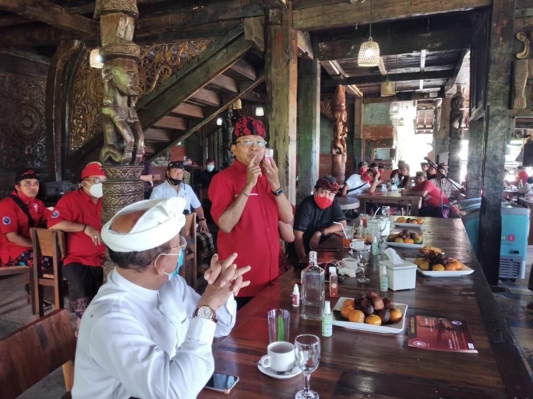 GUBERNUR Bali Wayan Koster saat bertatap muka dengan para pengusaha dan perajin arak di Karangasem, Minggu (20/9). Foto: nad