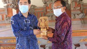 GUBERNUR Koster berfoto bersama dengan Konsul Jenderal RRT di Denpasar Zhu Xinglong, di Rumah Jabatan Gubernur Bali, Jayasabha, Denpasar, Jumat (18/9). Foto: ist