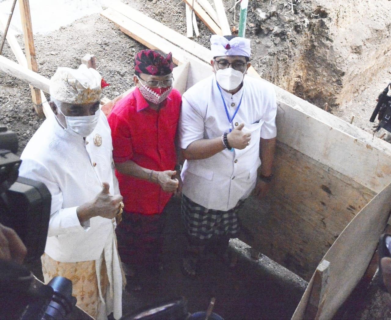 GUBERNUR Koster (tengah) didampingi Wabup Sanjaya dan Bendesa Agung MDA Bali tampak berfoto bersama saat nasarin Kantor MDA Tabanan. Foto: ist