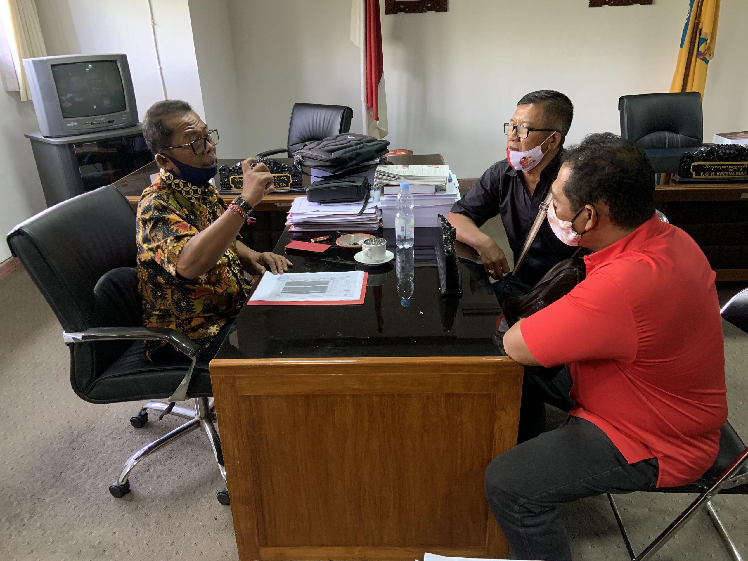COKORDA Gede Agung (kiri) saat menerima salah satu utusan DPC yang membawa berkas untuk PAW legislator yang menjadi calon di Pilkada 2020, Rabu (9/9). Foto: gus hendra