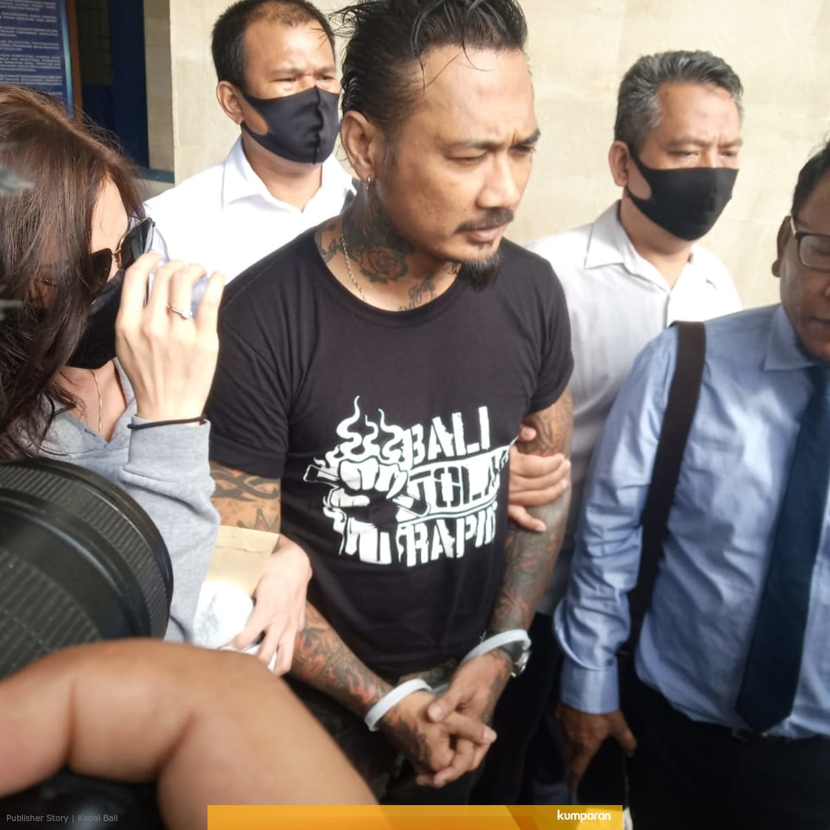 Jerinx dengan tangan diborgol saat hendak ditahan di Rutan Polda Bali, beberapa waktu lalu. Foto: dok