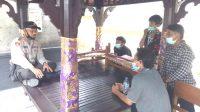 KAPOLSEK Seltim AKP Ida Bagus Ketut Mahendra, Jumat (11/9), saat memberikan pemahaman kepada kelompok pemuda di Klecung, atas pembatalan izin keramaian untuk rencana even di Pantai Klecung, dengan alasan situasi terkait penyebaran Covid-19. Foto: gap