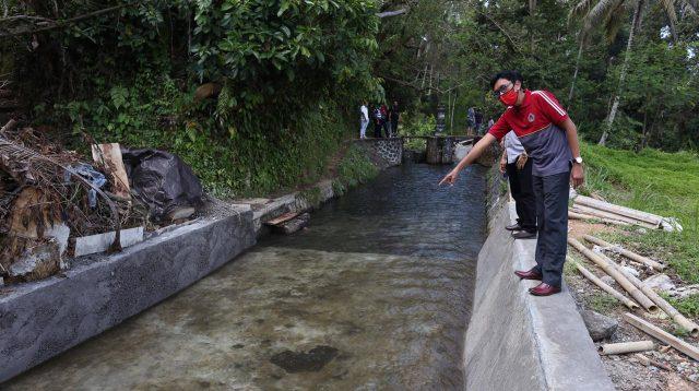 KETUA Komisi II DPRD Klungkung, I Wayan Misna, monitoring proyek rehabilitasi pembangunan jaringan DI di Desa Aan, Kecamatan Banjarangkan. Foto: baw