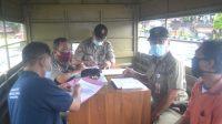 Foto: KLUNGKUNG SATPOL PP Klungkung menegur satu warga terkait pendisiplinan masyarakat dalam pemakaian masker, Selasa (22/9). Foto: baw