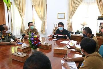 BUPATI Suwirta memimpin Rakortas soal pedagang di luar Pasar Umum Klungkung tidak bayar pajak, Senin (21/9). Foto: baw