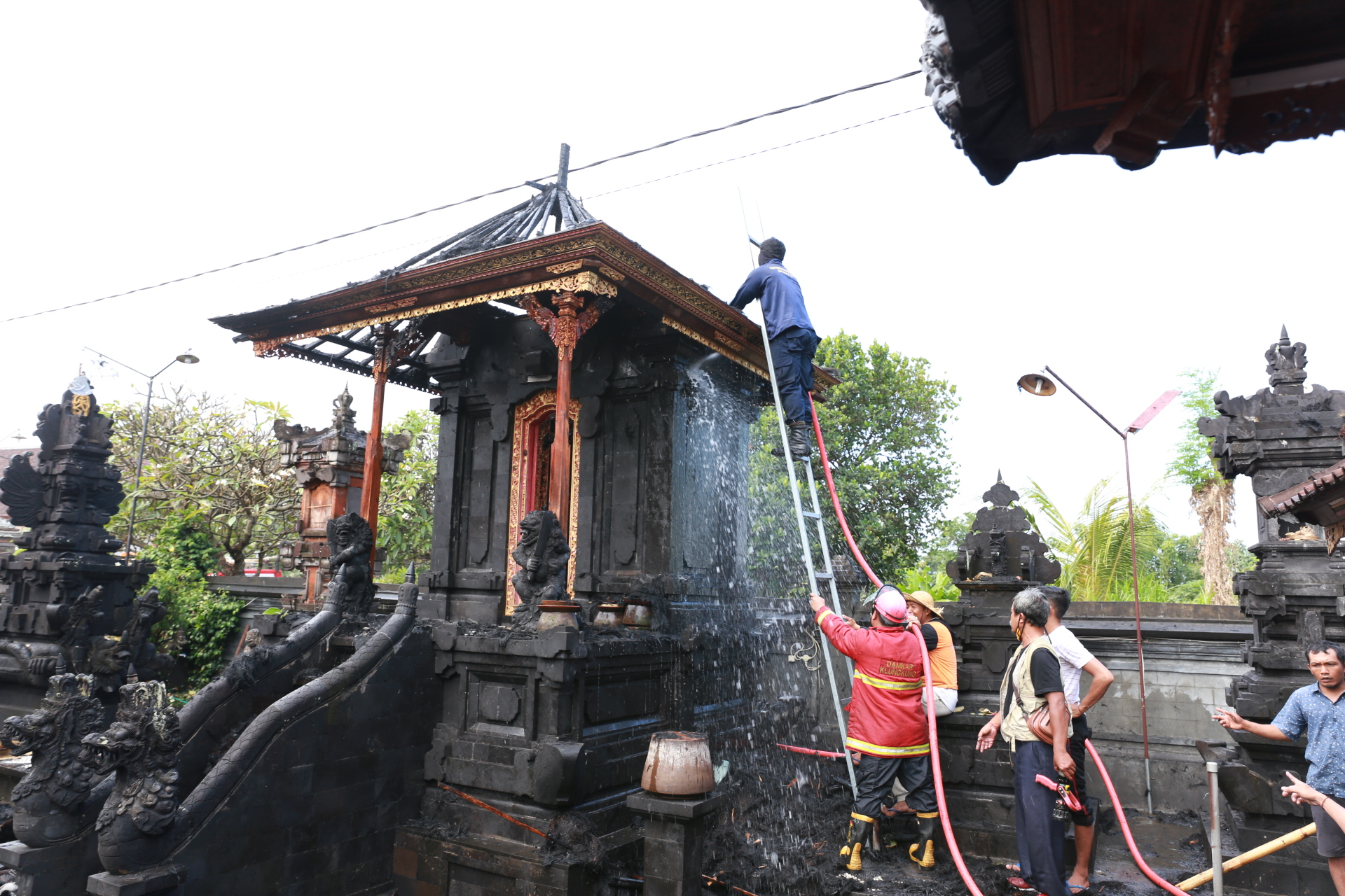 Foto: Kebakaran di klungkung PETUGAS pemadam kebakaran memadamkan api yang menghanguskan Gedong Penyimpenan Pura Dalem Setra, Dusun Sidayu Tojan, Desa Takmung, Banjarangkan, Selasa (1/9). Foto: ist