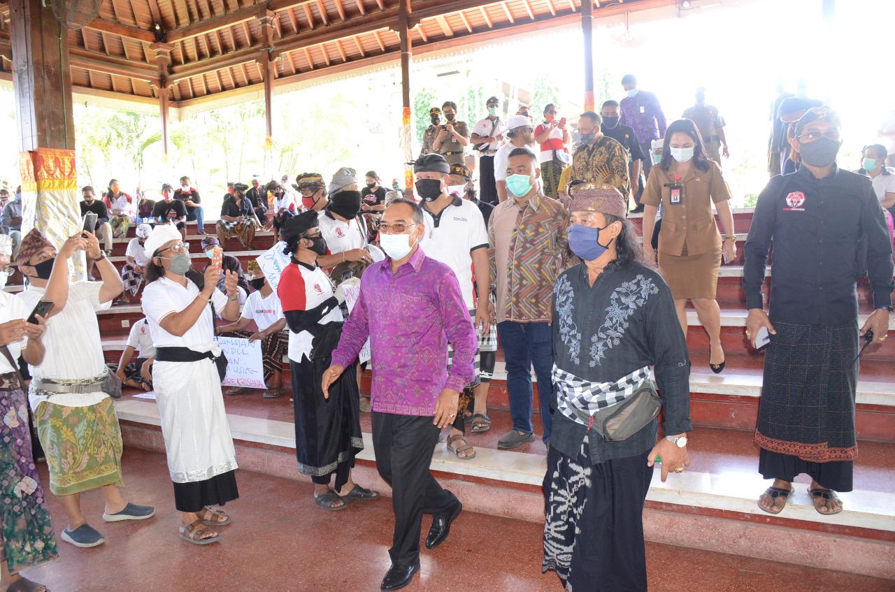 KETUA DPRD Bali, I Nyoman Adi Wiryatana, menemui massa dari Forum Koordinasi Hindu Bali di Wantilan DPRD Bali, Senin (7/9). Foto: bro