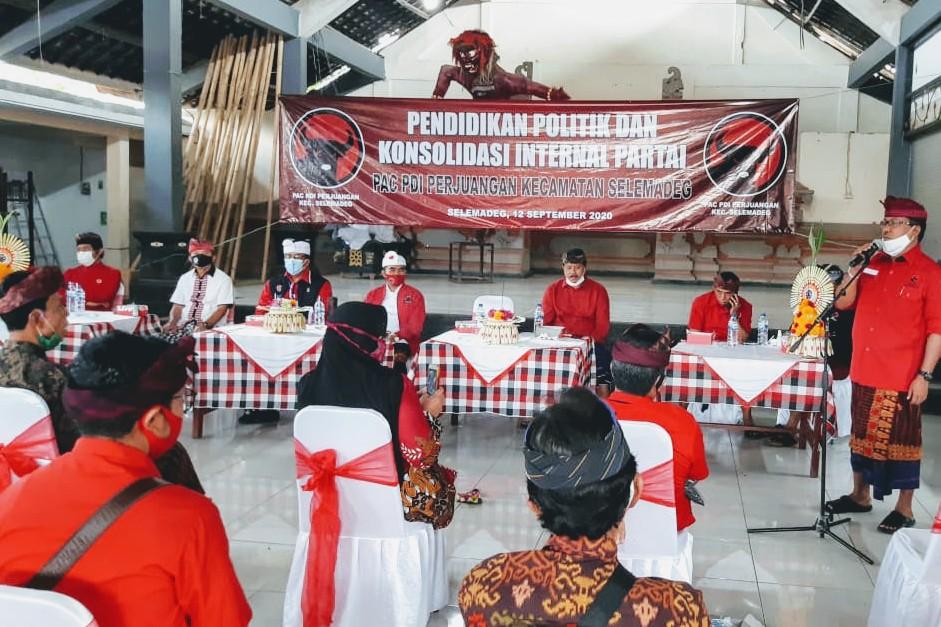 KETUA DPP PDIP, I Made Urip, saat memberi pendidikan politik dan konsolidasi partai, sekaligus sosialisasi pemahaman 4 Pilar Kebangsaan bagi pengurus ranting se-Kecamatan Selemadeg, Sabtu (12/9). Foto: ist