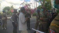 TIM gabungan dari TNI, Polri, Satpol PP dan Dinas Kesehatan Karangasem gencar melaksanakan penertiban prokes di seputar Kota Amlapura, Senin (14/9). Foto: nad
