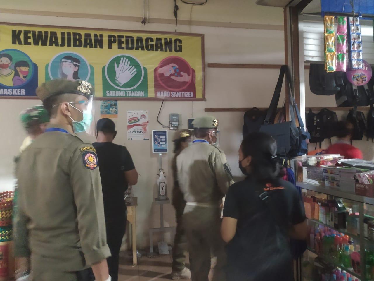 Foto: MASKER KARANGASEM PETUGAS melakukan sidak masker di Karangasem. Siapapun tidak pakai masker beraktivitas di luar rumah, siap-siap dikenai denda. Foto: nad