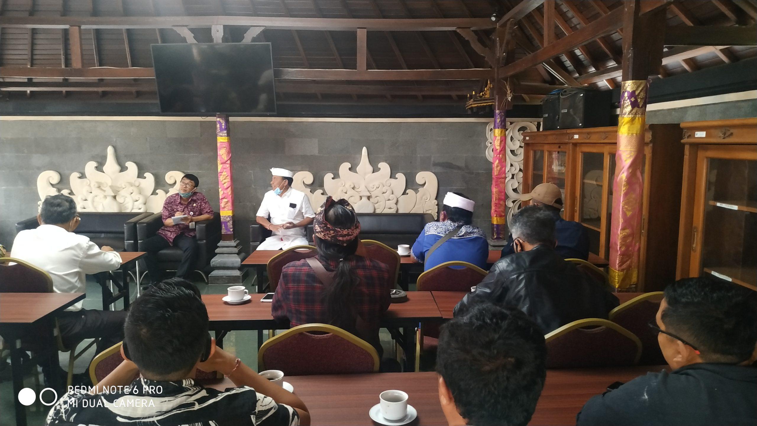 Foto: MENGADU PHRI bersama Asosiasi Kopi Kintamani dan puluhan pedagang kuliner mengadukan Berkurangnya kunjungan wisatawan ke objek wisata Kintamani ke Bupati Bangli, Made Gianyar, Selasa (1/9). Foto: gia
