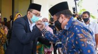 MENTERI Agama Fachrul Razi saat salam komando dengan Gubernur NTB, H. Zulkieflimansyah, saat tiba di Lombok, beberapa hari lalu. Senin (21/9) Menag Fachrul Rozi dinyatakan positif terpapar Covid-19. Foto: dok