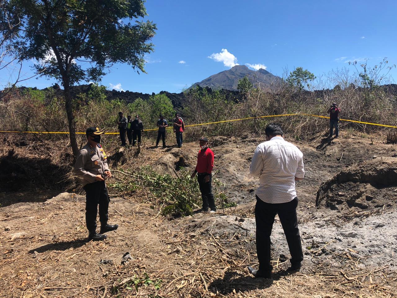 TIM identifikasi dari Polres Bangli, dipimpin Kapolres Bangli, AKBP I Gusti Agung Dhana Ariawan, melakukan olah TKP Kebakaran hutan di kawasan hutan wilayah Bukit Payang, Desa Batur Tengah, Kintamani, Rabu (30/9/2020). Foto: gia