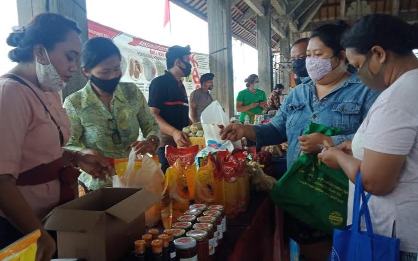 WARGA belanja kebutuhan sehari-hari di Pasar Gotong Royong, di Wantilan Jaba Pura Dalem Gede Desa Adat Sukawati. Foto: ist