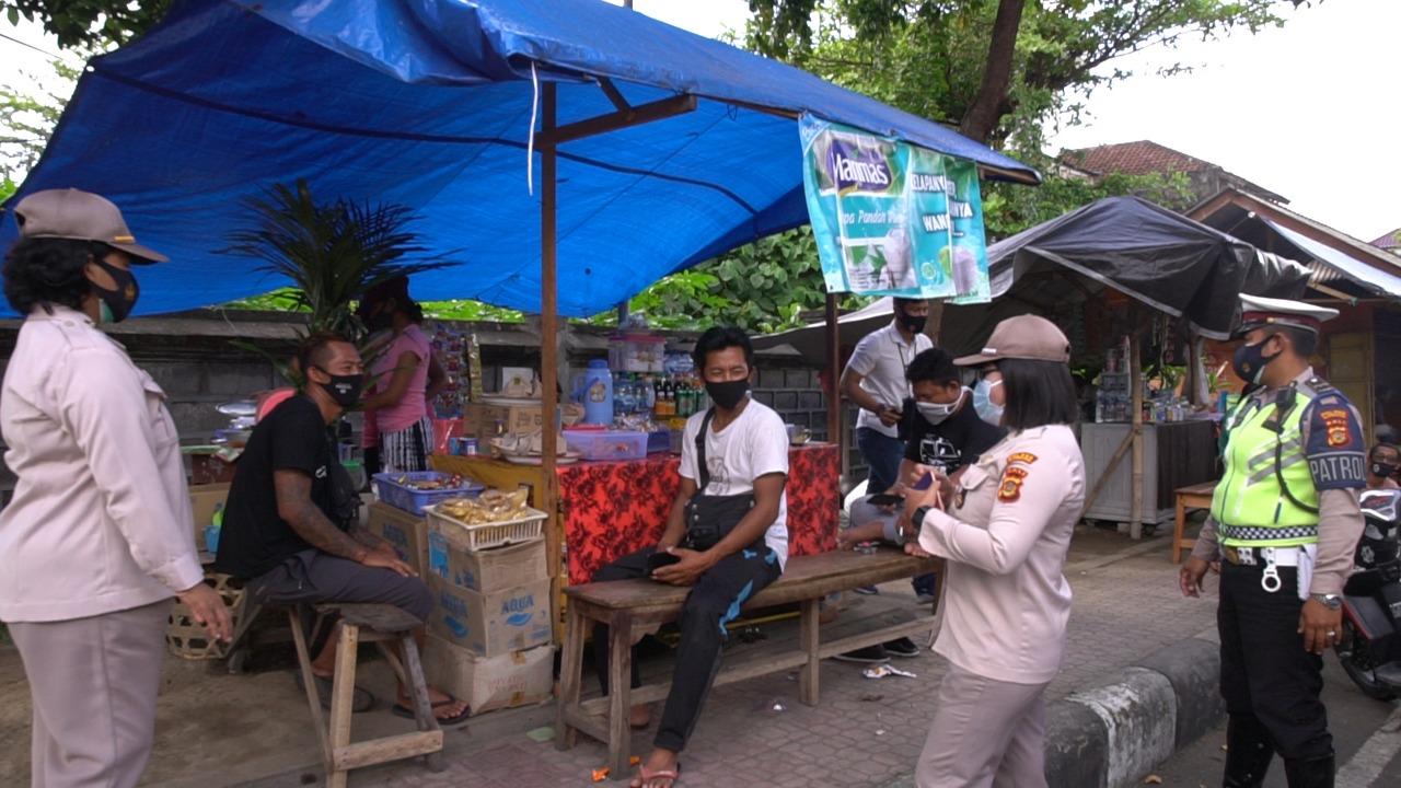 PERSONEL Polres Klungkung bersama Satgas Operasi Yustisi Covid-19 menggelar razia gabungan di Pasar Galiran, Selasa (29/9/2020) pagi. Foto: baw