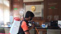 PETUGAS BPBD Gianyar menyemprotkan disinfektan di gedung PN Gianyar. Foto: ist