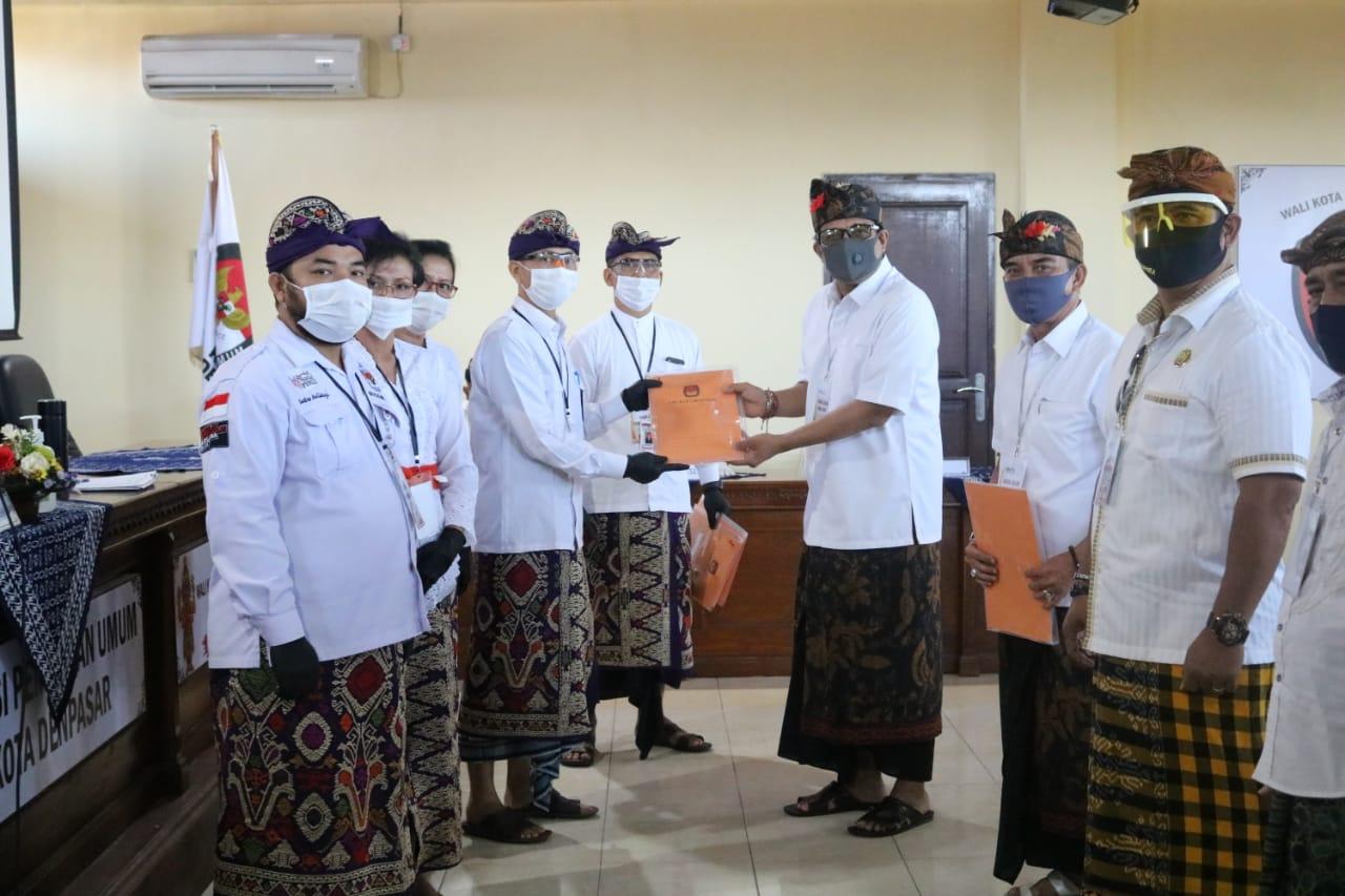KETUA KPU Denpasar, I Wayan Arsajaya, menunjukkan berkas pendaftaran bersama Ngurah Ambara Putra selaku bakal calon Walikota Denpasar saat pendaftaran paket Amerta, Minggu (6/9/2020). Foto/Ist