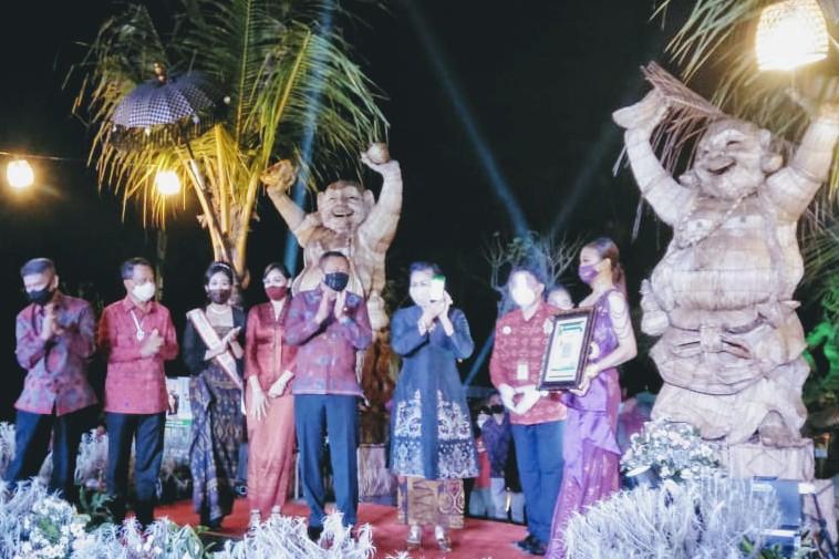 Foto: PUTRI KOSTER KETUA Dekranasda Provinsi Bali, Putri Koster meluncurkan QRIS Bank BPD Bali di Bali Funtastic, Minggu (30/8) malam. Foto: ist
