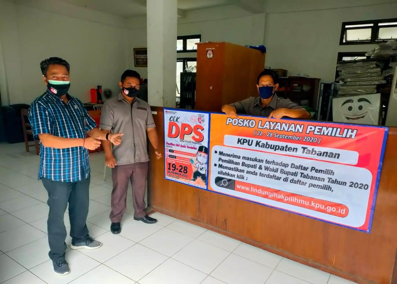 KETUA Divisi Perencanaan, Data, dan Informasi KPU Tabanan, I Ketut Sugina (kiri), di depan salah satu posko layanan, di Kantor KPU Tabanan, Rabu (23/9). Foto: gap