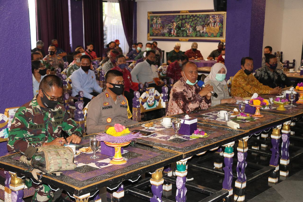 Foto: RAPAT FORKOMPINDA BUPATI Bangli, I Made Gianyar, saat rapat Forkompinda membahas peningkatan pariwisata Bangli, Selasa (8/9). Foto: gia