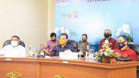KETUA KPU Bali, I Dewa Agung Gede Lidartawan; dan Sekda Dewa Indra saat mengikuti Rakorsus Pemetaan kerawanan Pilkada Serentak 2020 di ruang konferensi video Diskominfos, Jumat (18/9/2020). Foto: Ist