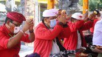 WABUP Tabanan I Komang Gede Sanjaya beserta rombongan melaksanakan persembahyangan saat piodalan di Pura Desa, Desa Pakraman Payangan, Marga, Tabanan, Jumat (18/9). Foto: ist