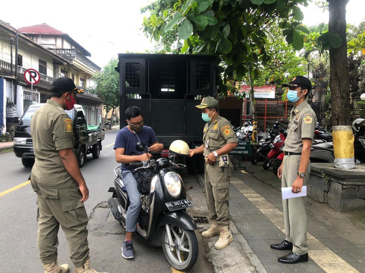 SIDAK penggunaan masker di kawasan wisata Ubud. Foto: ist