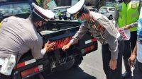 """SATLANTAS Polres Bangli bersama Unit Lantas Polsek Kintamani menggandeng sedikitnya 70 sopir untuk ditempeli stiker bertuliskan """"Ayo Pakai Masker"""" di kendaraannya. Foto: ist"""