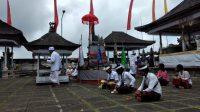 SUASANA persembahyangan serangkaian piodalanUmanis Galungan di Pura Lempuyang, Kamis (17/9) berjalan dengan protokol kesehatan yang ketat. Foto: nad