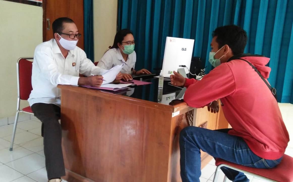 SALAH satu oknum aparatur desa ketika menjalani pemeriksaan terkait netralitas dalam tahapan Pilkada Tabanan 2020, Selasa (29/9/2020).