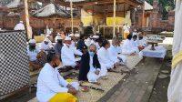 PARA sulinggih Sabha Purohita dan pengurus YSBB saat melakukan persembahyangan di Pura Agung Kentel Gumi, Klungkung, belum lama ini. Foto: ist