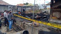DUA dapur kuno milik I Nyoman Sudirman (43) dan Ni Ketut Sri Wenten (60), warga Desa Pinggan, Kecamatan Kintamani, terbakar Kamis (17/9) dini hari. Foto: gia