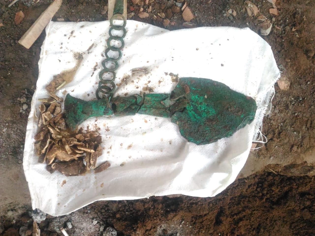 Foto: Tem7an benda kubur TULANG-BELULANG serta bekal kubur yang ditemulan pekerja proyek di Banjar Dauh Uma, Bitra, Gianyar. Foto: ist