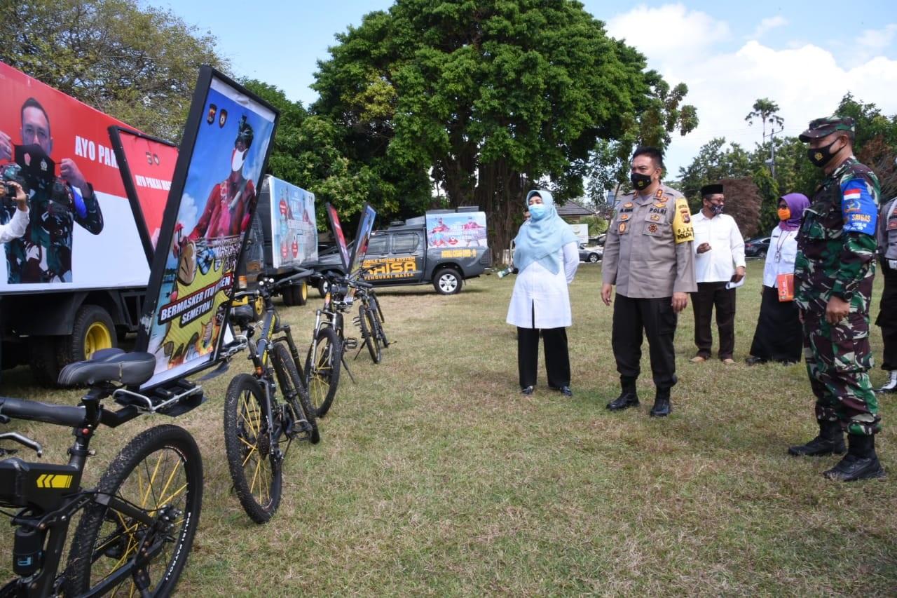 Foto :Wagub Dr.Hj.Sitti Rohmi Djalilah didampingi Kapolda NTB Irjen Pol Mohammad Iqbal dan Danrem usai Video Conference di Lapangan Gajah Mada Polda NTB, kemarin. POS BALI/IST