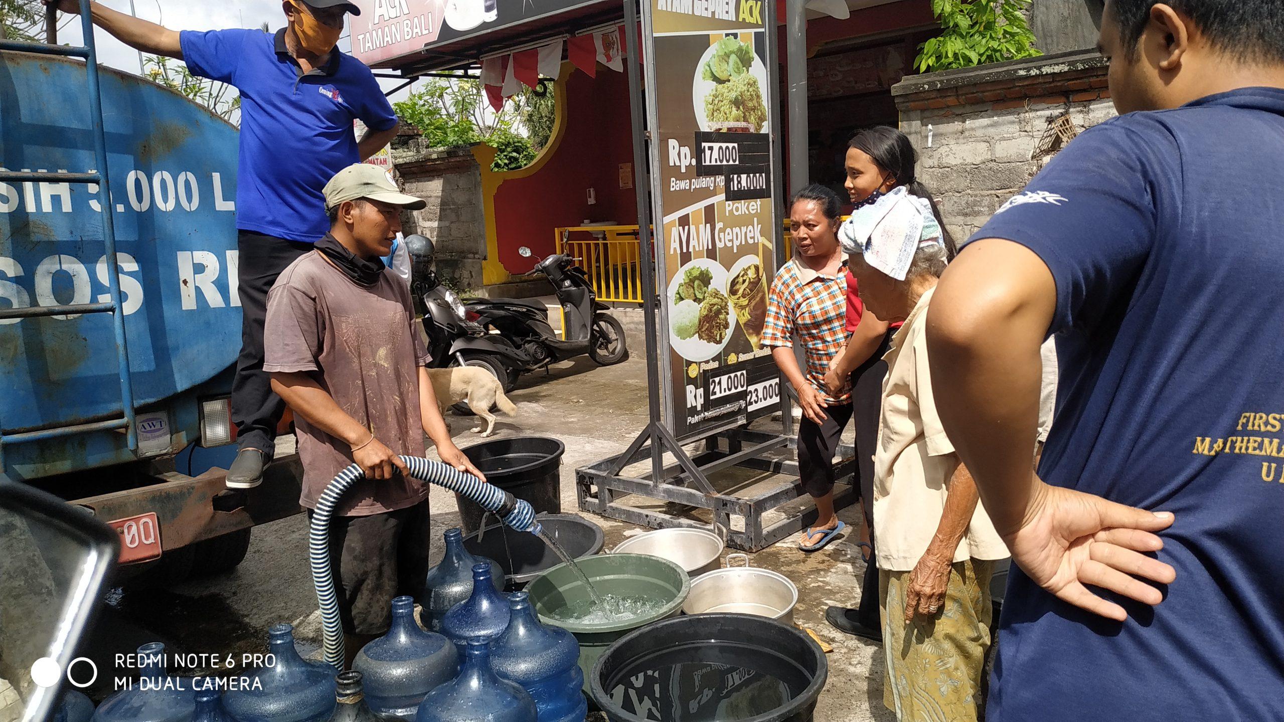 Foto : AIR BERSIH WARGA Banjar Gaga, Desa Tamanbali, mengantre demi mendapatkan air bersih yang disuplai oleh PDAM. Foto: gia