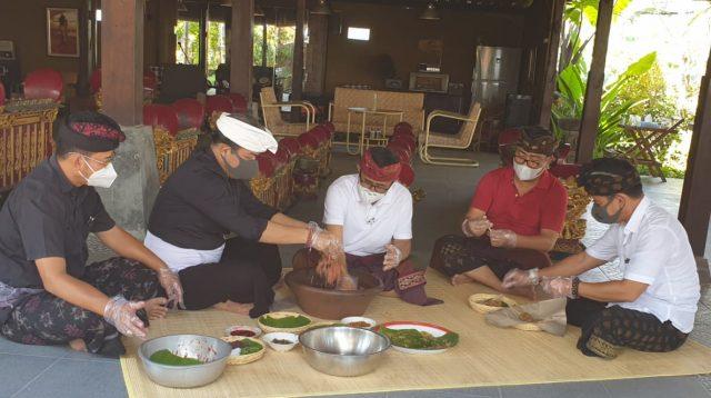 NGURAH Ambara (dua kiri) membuat lawar bersama IGN Jaya Negara (tengah), sedangkan Agus Arya Wibawa (dua kanan) membuat sate bersama Bagus Kertanegara (kanan), Selasa (15/9/2020). Anggota DPRD Kota Denpasar, Suteja Kumara (kiri), menyaksikan kedua paslon di Pilkada Denpasar ngelawar bareng. Foto: gus hendra