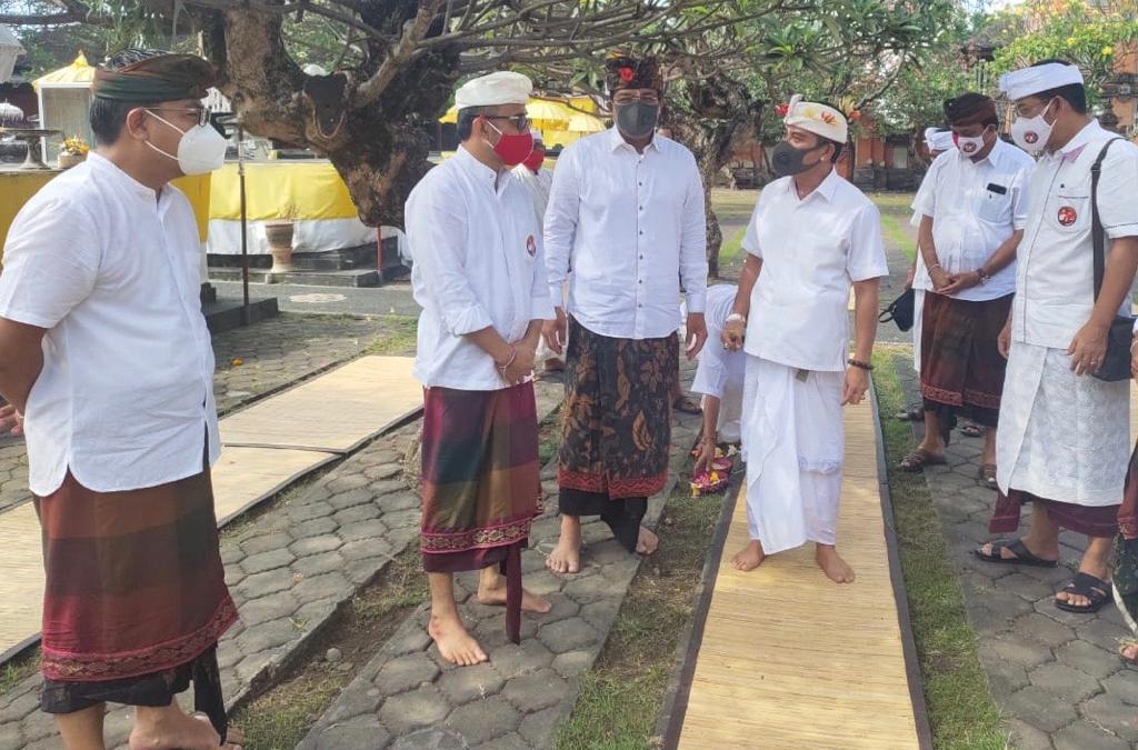 Jaya-Wibawa dan Amerta ngobrol santai usai sembahyang bersama di Pura Jagatnata, Denpasar saat Penampahan Kuningan, Jumat (25/9/2020). Foto: gus hendra