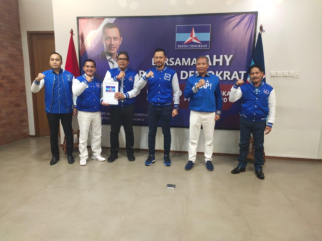 NGURAH Ambara (tiga kiri) bersama Bagus Kertanegara (dua kiri kiri) bersama Agus Harimurti Yudhoyono dan pengurus Partai Demokrat saat menjemput rekomendasi di kantor DPP Partai Demokrat di Jakarta, Selasa (1/9/2020). Foto: Ist