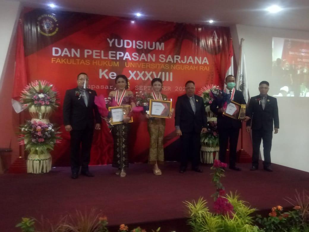Foto: FH UNR DEKAN FH UNR, Dr. I Wayan Putu Sucana Aryana; didampingi Wakil Dekan, Cokorde Gede Swetasoma, dan Kaprodi, I Made Artana, foto bersama yudisiawan terbaik. Foto: tra