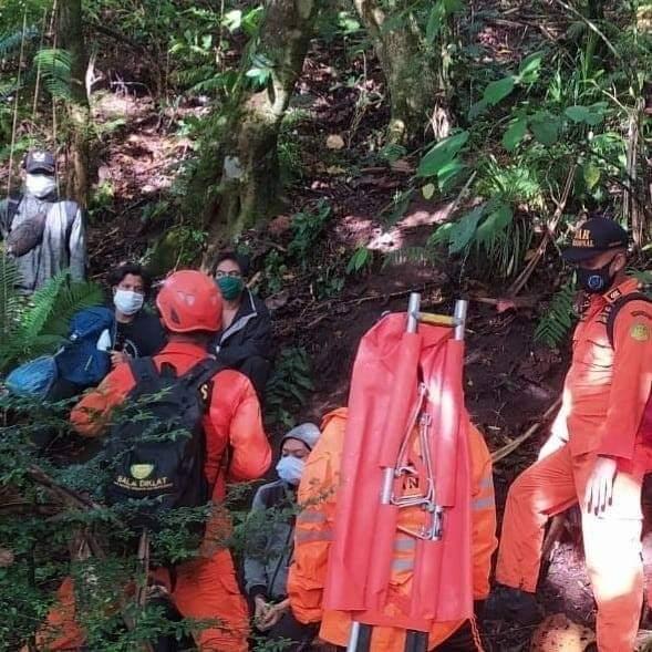 Tim SAR mengevakuasi enam orang yang tersesat di Puncak Adeng, Kabupaten Tabanan, Senin (7/9). Foto: ist