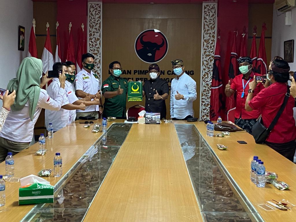 PASLON Giriasa saat menerima dukungan dari Partai Bulan Bintang di Kantor DPC PDIP Badung, Sabtu (26/9/2020). Foto: ist