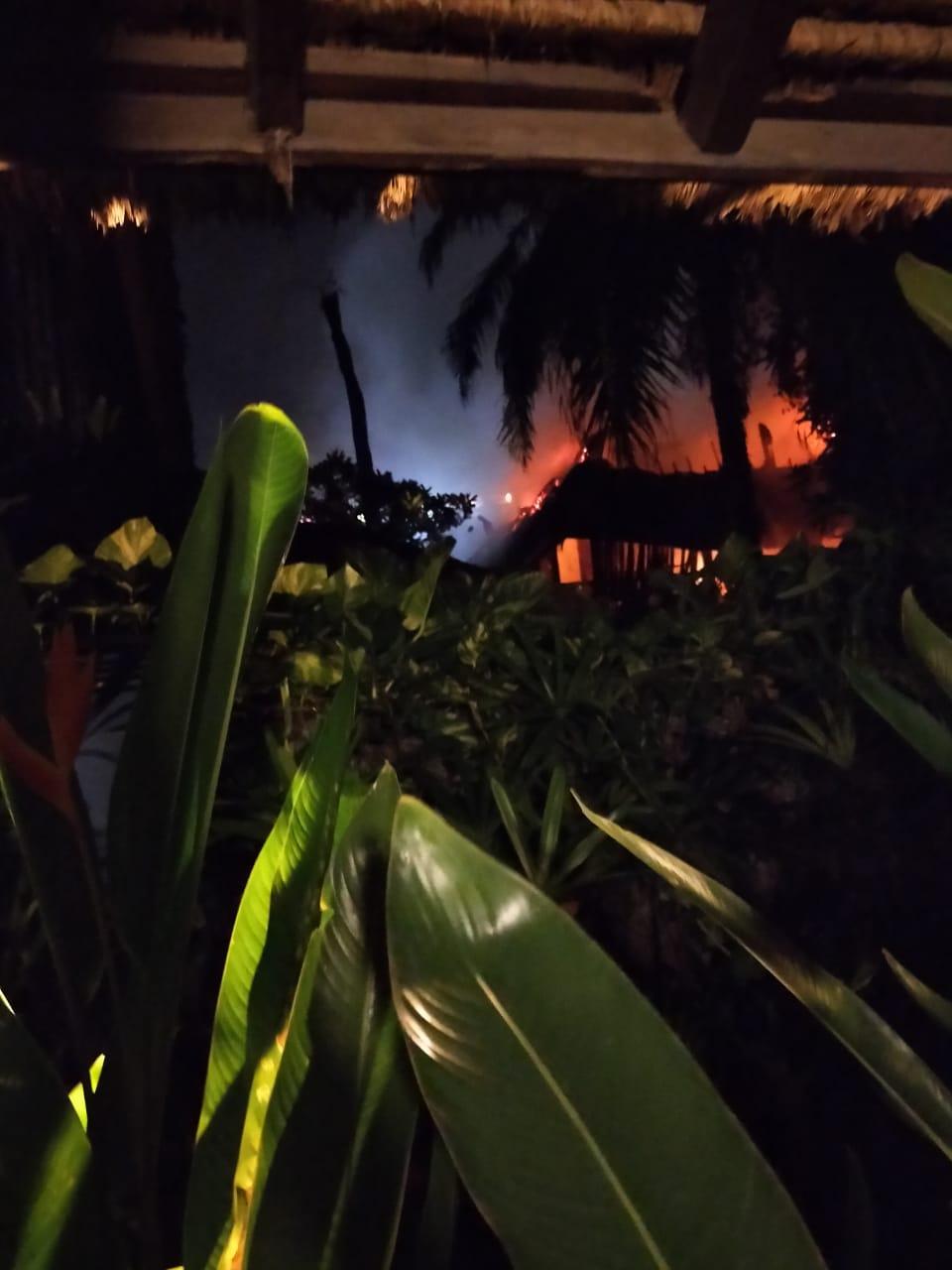 SEBUAH hotel di Jalan Pantai Batu Bolong, Desa Canggu, Kuta Utara, terbakar hebat, Minggu malam (27/9/2020), sekitar pukul 23.30 Wita. Foto: ist