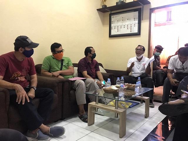 SUASANA mediasi yang dilaksanakan di kantor LPM Kelurahan Kuta. Foto: ist