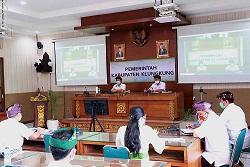 BUPATI Suwirta mengadakan rapat bersama PT SMI melalui aplikasi konferensi video, Kamis (24/9/2020). Foto: baw