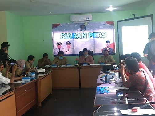 PLT Bupati KLU H. Syarifudin dalam konferensi pers yang digelar Humas Protokol Setda Lombok Utara, Senin (28/9/2020). Foto: fik
