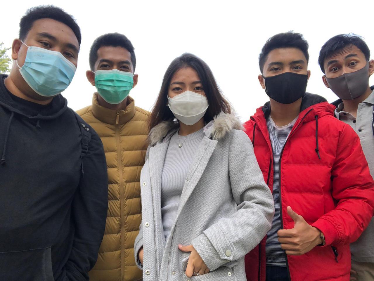 Mahasiswa Matrappar Politeknik Negeri Bali yang mulai perkuliahan di Angers University, Perancis (dari kiri) Angga, Hendra, Kezia, Rian, Gobit. Foto:Ist