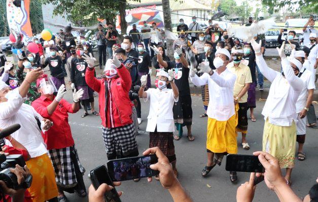ACARA pembukaan Kampanye Pilkada Tabanan 2020, diakhiri dengan bersama-sama melepaskan burung dara, Sabtu (26/9/2020) petang. Foto: gagah