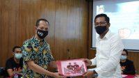 SEMARA Cipta saat menerima dokumen perbaikan syarat calon oleh narahubung bakal paslon di KPU Badung, Jumat (18/9/2020). Foto: Ist